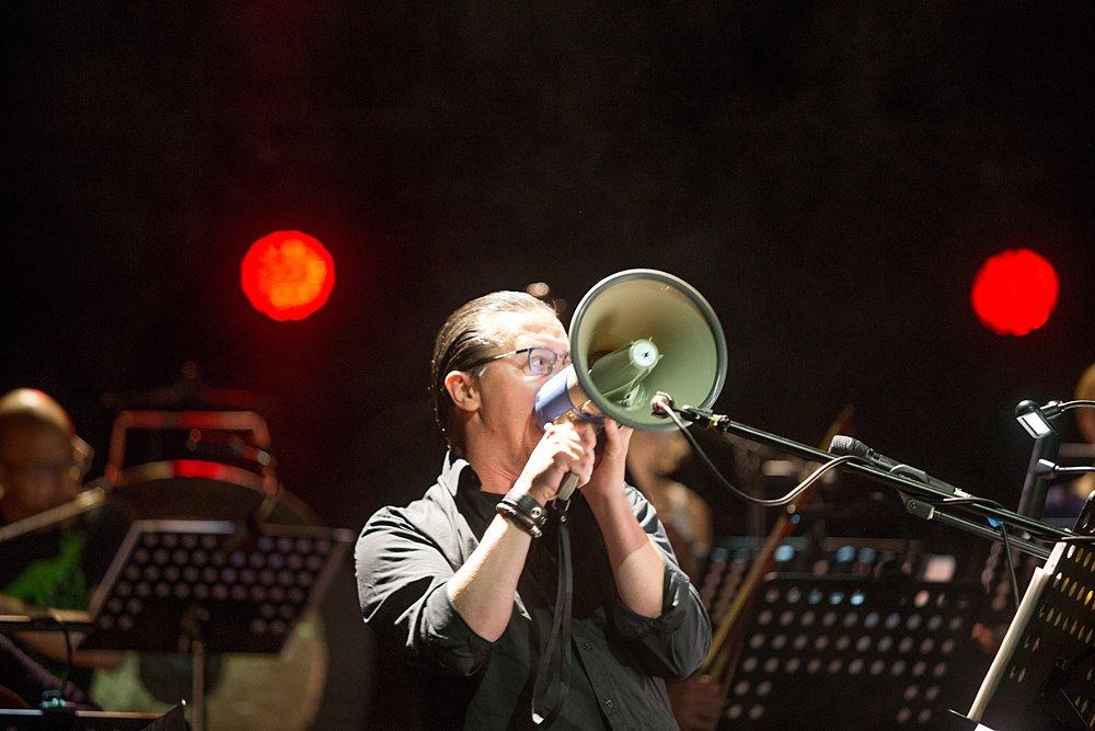 """Mike Patton podczas wykonania """"Laborintus II"""" Luciana Beria. Zdjęcie: Tomasz Wiech"""