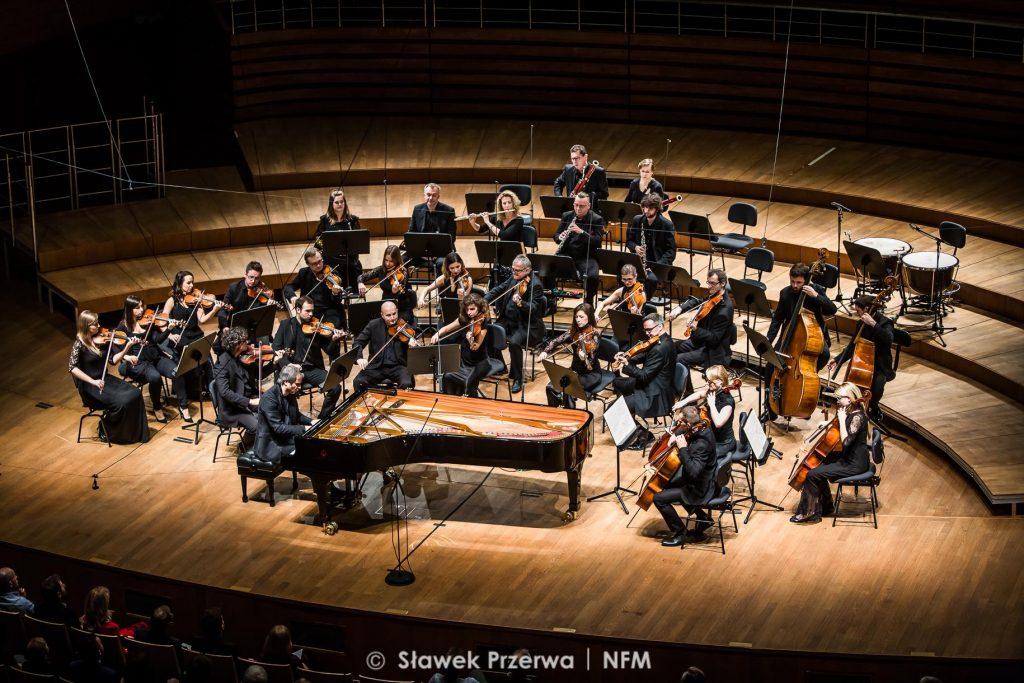 Piotr Anderszewski z Orkiestrą Kameralną Leopoldinum. Zdjęcie: Sławek Przerwa/NFM